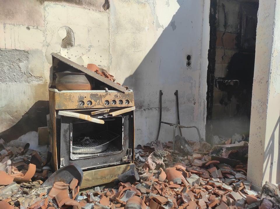 Καμένο σπίτι στην Β. Εύβοια από τις καταστροφικές πυρκαγιές