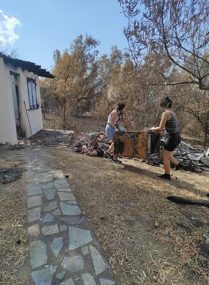 Μέλη της Νεολαίας ΣΥΡΙΖΑ βοηθούν τους κατοίκους της Β. Εύβοιας να αποκαταστήσουν τις ζημιές
