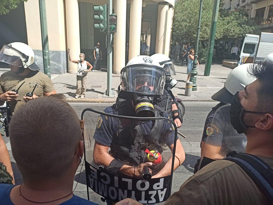 Η αστυνομία επιτίθεται αναίτια σε φοιτητές και μαθητές στο κέντρο της Αθήνας (οδός Σταδίου)