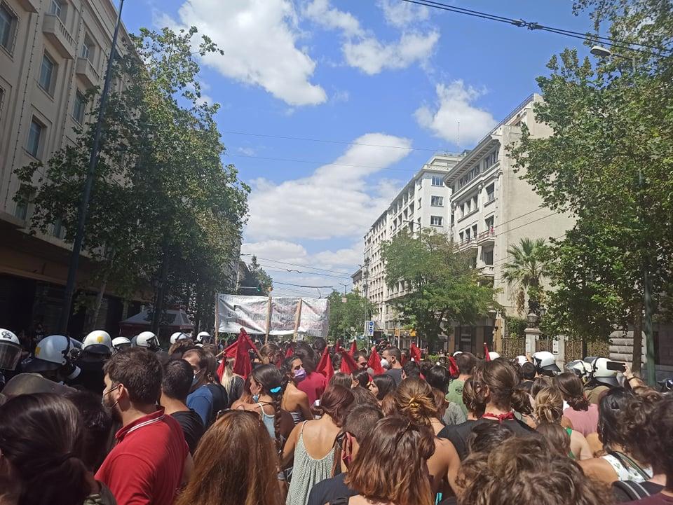 Η αστυνομία περικυκλώνει φοιτητές και μαθητές στο συλλαλητήριο ενάντια στις ΕΒΕ